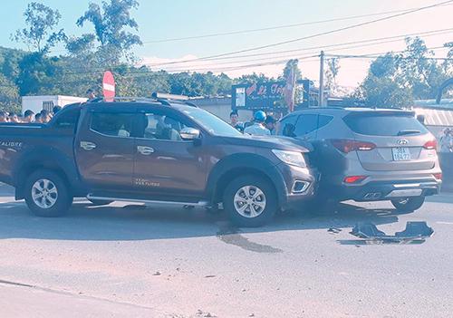 Ôtô bán tải tông vào hông Hyundai Santa Fe. Ảnh: Linh Diệu