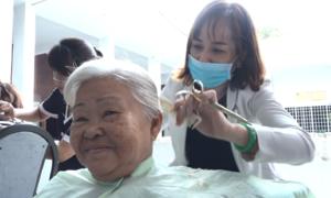 Bệnh nhân ở Sài Gòn được cắt tóc, gội đầu miễn phí ngay tại giường