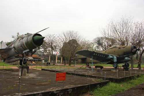 Nhiều hiện vật chiến tranh như máy bay, xe tăng được trưng bày trong khuôn viên Quốc Tử Giám.Ảnh: Võ Thạnh