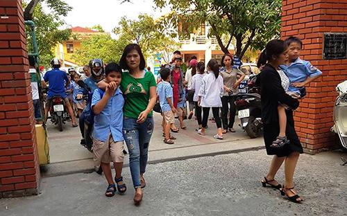 Phụ huynh và thầy cô đưa trẻ bị ngộ độc ở trường Tiểu học Đinh Tiên Hoàng đến bệnh viện hôm 5/10. Ảnh: Lam Sơn.