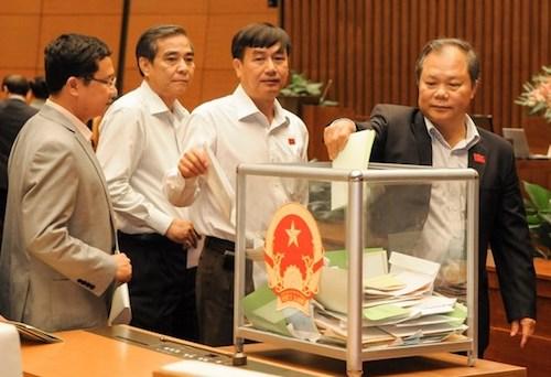 Các đại biểu Quốc hội tiến hành thủ tục lấy phiếu tín nhiệm tháng 11/2014. Ảnh: Q.H