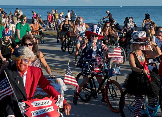 Hàng nghìn người hóa trang thành thây ma đạp xe dọc bờ biển(.videos) 2018-10-22T022644Z-600231133-RC1E0D0684D0-RTRMADP-3-HALLOWEEN-DAY-ZOMBIES-1540182288_680x0