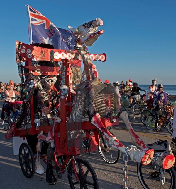 Hàng nghìn người hóa trang thành thây ma đạp xe dọc bờ biển(.videos) 2018-10-22T022647Z-1606738140-RC14E63AFF90-RTRMADP-3-HALLOWEEN-DAY-ZOMBIES-1540182289_600x0