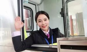 Nữ nhân viên trạm thu phí khiến tài xế Trung Quốc vòng lại 4 lần xin bắt tay