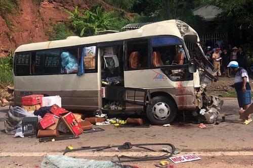 Xe khách biến dạng sau vụ tai nạn. Ảnh: YenChau