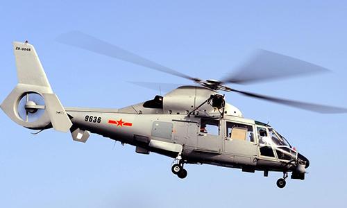 Trực thăng Z-9 của hải quân Trung Quốc cất cánh từ hộ vệ hạm HMS Cornwall trong chiến dịch chống cướp biển tại vịnh Aden tháng 8/2009. Ảnh: BQP Anh.