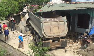 Xe đầu kéo tông nát nhà dân ở Nghệ An