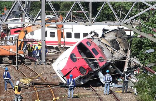 Các nhân viên cứu hộ làm việc tại hiện trường vụ tàu hỏa trật đường ray ở  huyện Nghi Lan, đông bắc Đài Loan hôm 22/10. Ảnh: Reuters
