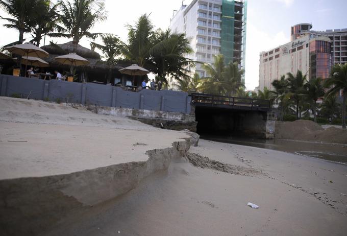 Nước thải xé toang bờ biển đẹp nhất Đà Nẵng