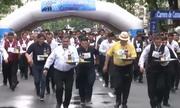 Hàng trăm bồi bàn thi bưng bê trên đường phố Argentina