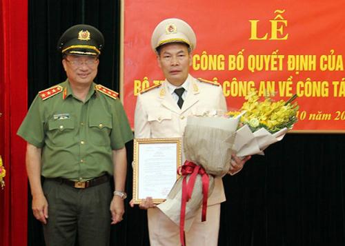 Thứ trưởng Bộ Công an Nguyễn Văn Thành trao quyết định cho Đại tá Đỗ Văn Hoành. Ảnh: Cổng Thông tin Bộ Công an