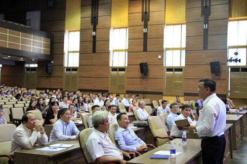 Giảng viên Đại học Kinh tế TP HCM trong một buổi tập huấn trước kỳthi THPT quốc gia. Ảnh: Mạnh Tùng.