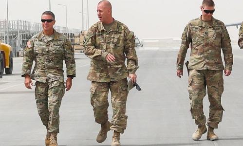 Chuẩn tướng Jeffrey Smiley (giữa) trong một chuyến thị sát tại miền nam Afghanistan hồi tháng 8. Ảnh: US Army.