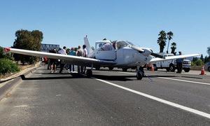 Máy bay Mỹ hỏng động cơ, hạ cánh khẩn xuống cao tốc