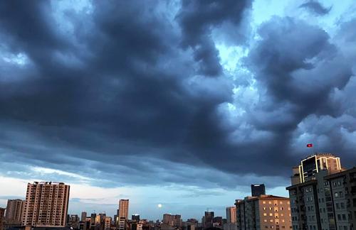 Mây giông xuất hiện trên bầu trời Hà Nội ngày cuối tháng 5. Ảnh: Dương Tâm