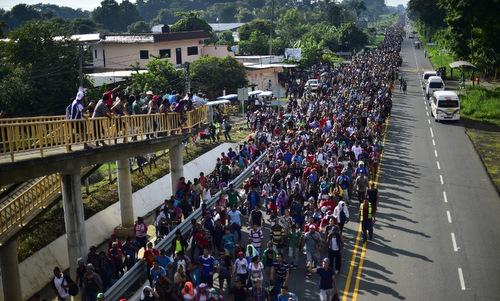 Đoàn người di cư Honduras trên đường tới thành phố Tapachula. Ảnh: AFP.