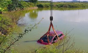 Tránh ôtô khách đi ngược chiều, xe 4 chỗ rơi xuống hồ tôm