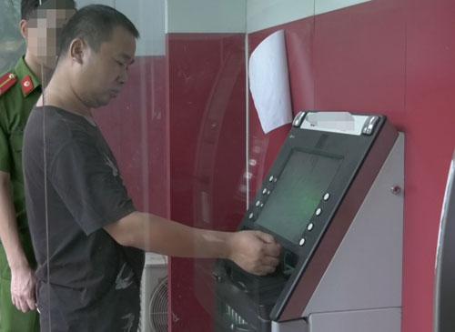 Người đàn ông Trung Quốc mang thẻ ATM giả sang Lào Cai rút tiền