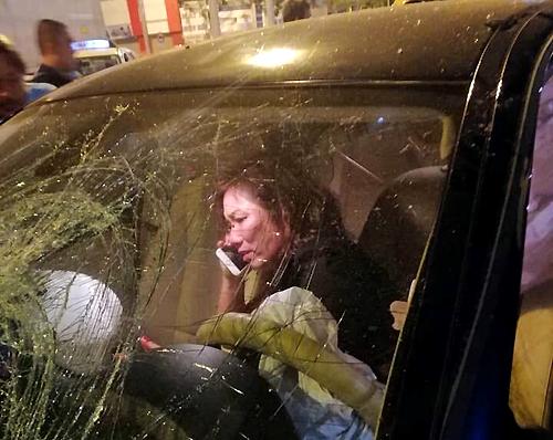 Bà Nga ngồi trong xe sau tai nạn. Ảnh:Quế Biên.