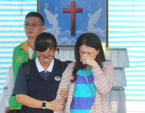 Người thân khóc tại lễ tưởng niệm các nạn nhân vụ lật tàu ở một bệnh việnhuyện Nghi Lan, đông bắc Đài Loan