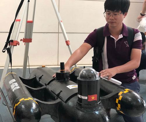 Cán bộ Viện Khoa học đo đạc và Bản đồ giới thiệu về tàu khảo sát Made in Vietnam. Ảnh: BN.