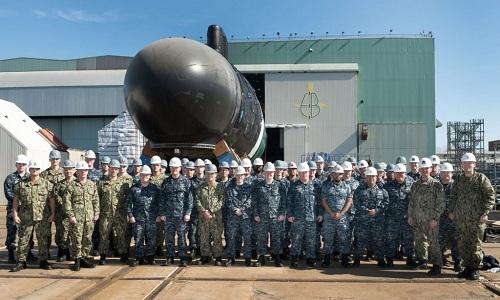 Thủy thủ đoàn đứng trước tàu USS Vermont trước lễ hạ thủy. Ảnh: Naval Today.