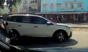 Phụ nữ trẻ lùi xe bẹp đầu chiếc BMW đang đỗ rồi bỏ đi