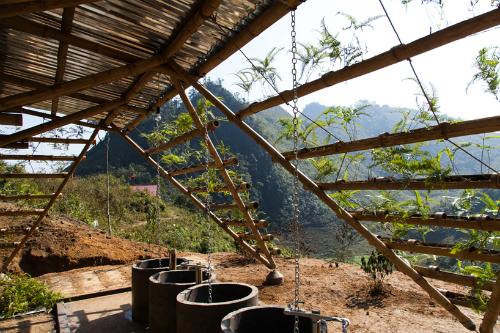 Tre, ống cống - những vật liệu có sẵn ở Cao Bằngđược đưa vào công trình. Ảnh:NVCC