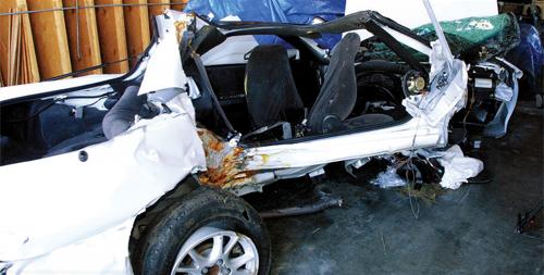 Chiếc Camaro 2000 bị vò nát.