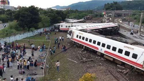 Hiện trường vụ tàu hỏa trật đường ray ở Đài Loan hôm 21/10. Ảnh: AFP.
