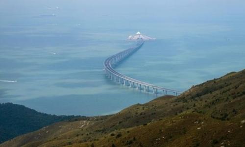 Cây cầu nhìn từ đảo Lantau ở Hong Kong. Ảnh: AFP.