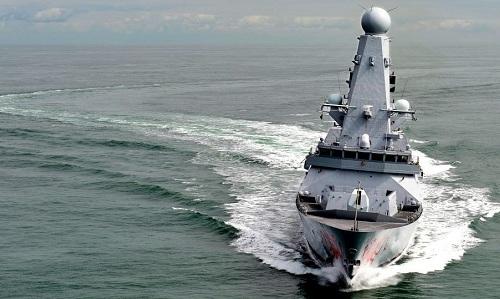 Tàu khu trục Anh chạm mặt xuồng tấn công Iran ở vịnh Ba Tư