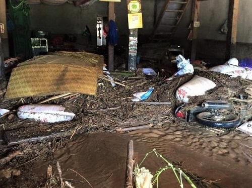 Bùn đất tràn vào nhà sau lũ ở Bản Rịa. Ảnh: Nguyễn Nga