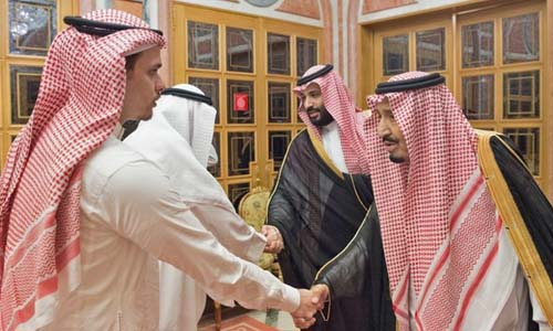 Quốc vương Salman (phía trước bên phải) và Thái tử Mohammed bin Salman (đằng sau bên phải) bắt tay các thành viên gia đình nhà báo Jamal Khashoggi. Ảnh: AFP.