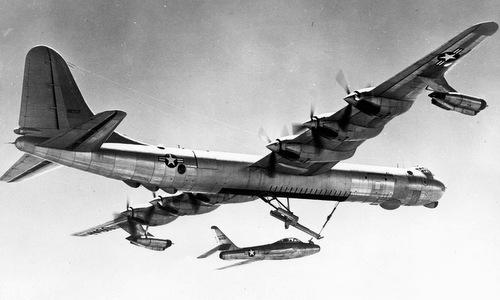 Chiếc B-36 cùng tiêm kích ký sinh dưới bụng. Ảnh: USAF.