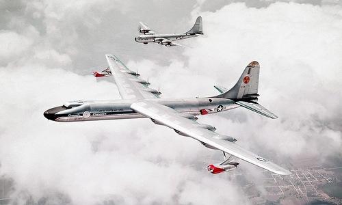 Chiếc NB-36 (trước) cùng oanh tạc cơ hộ tống B-50. Ảnh: USAF.