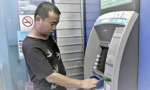Một người Trung Quốc dùng thẻ ATM giả rút tiền tại Lào Cai