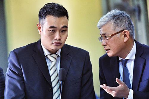 Đại diện người Singapore của Grab (bên trái) tại toà. Ảnh: Hữu Khoa.