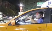 Tài xế taxi Trung Quốc bị cảnh cáo vì đắp mặt nạ dưỡng da khi lái xe