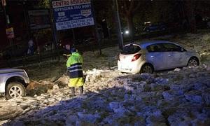 Băng trôi trên đường phố Italy vì mưa đá
