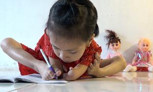 Nghị lực của bé gái không tay ở Hà Nội