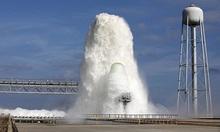 Cột nước 30 mét phun ồ ạt trên bệ phóng tên lửa NASA