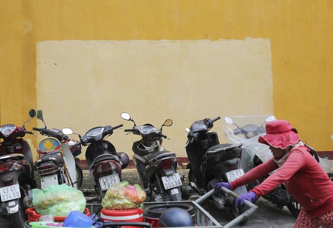 Những bức tường vàng đặc trưng của Hội An bị bôi bẩn