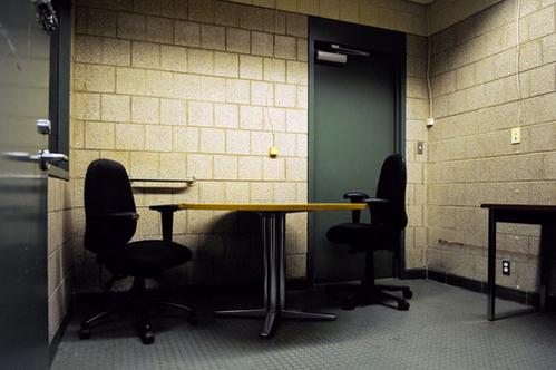 Phòng thẩm vấn thường nhỏ và hẹp gây cảm giác ngột ngạt. Ảnh: New York Times.