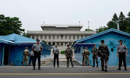 Binh sĩ Hàn Quốc đứng gác tại Khu vực An ninh chung ở biên giới Hàn - Triều. Ảnh: AP.