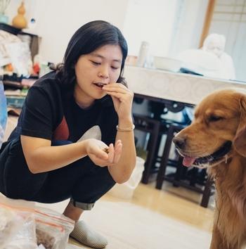 Olivia Ren nếm thử thức ăn của chó cưng Dada. Ảnh: NYTimes.