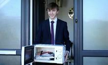 Trường cấm mang cặp, nam sinh Anh đựng sách trong lò vi sóng