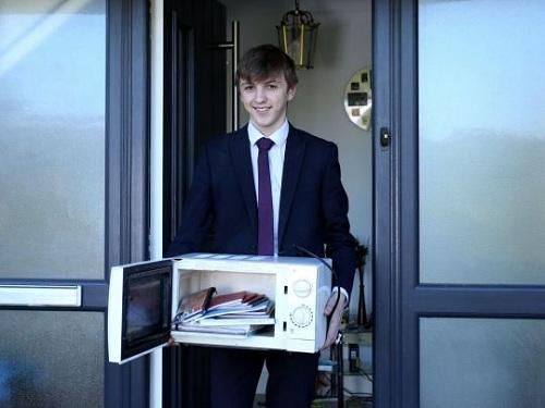 Jacob mang lò vi sóng đến lớp để đựng sách vở. Ảnh:Triangle News