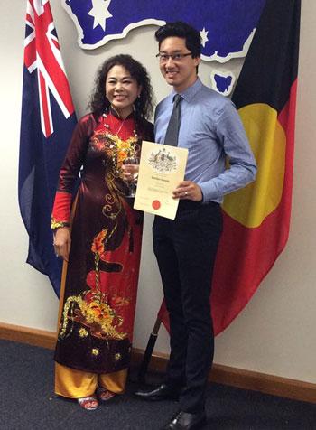 Nguyễn Việt Hùng cùng mẹ ruột trong ngày được công nhận trở thành công dân Australia ở tuổi 25. Ảnh: NVCC.