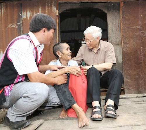 Tổng Bí thư Nguyễn Phú Trọng thăm, tặng quà gia đình thương binh tỉnh Gia Lai. Ảnh:Lê Trí Dũng